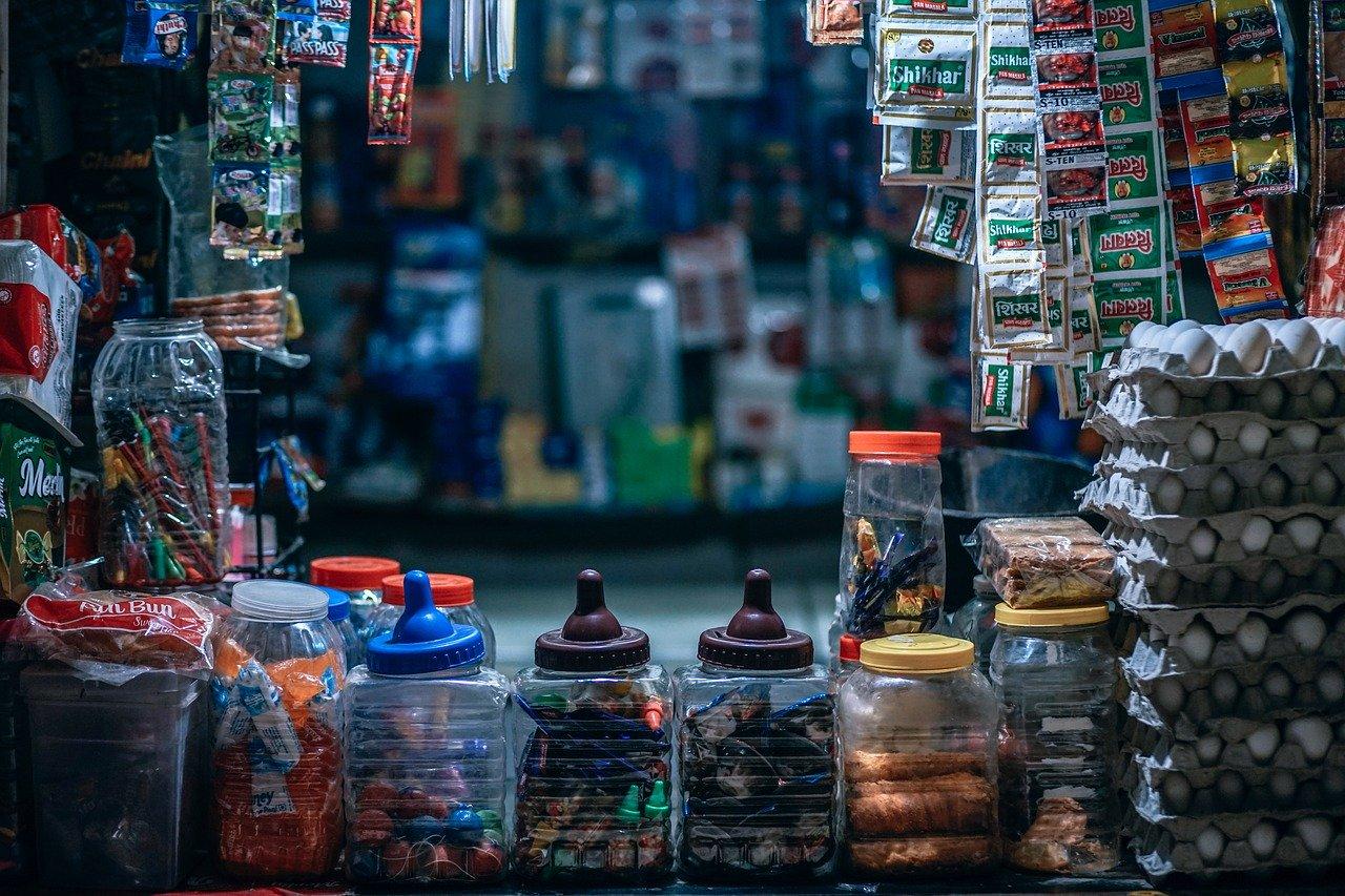 CDMX: Debate por venta de productos chatarra a niños enfrenta a 'tienditas' con autoridades