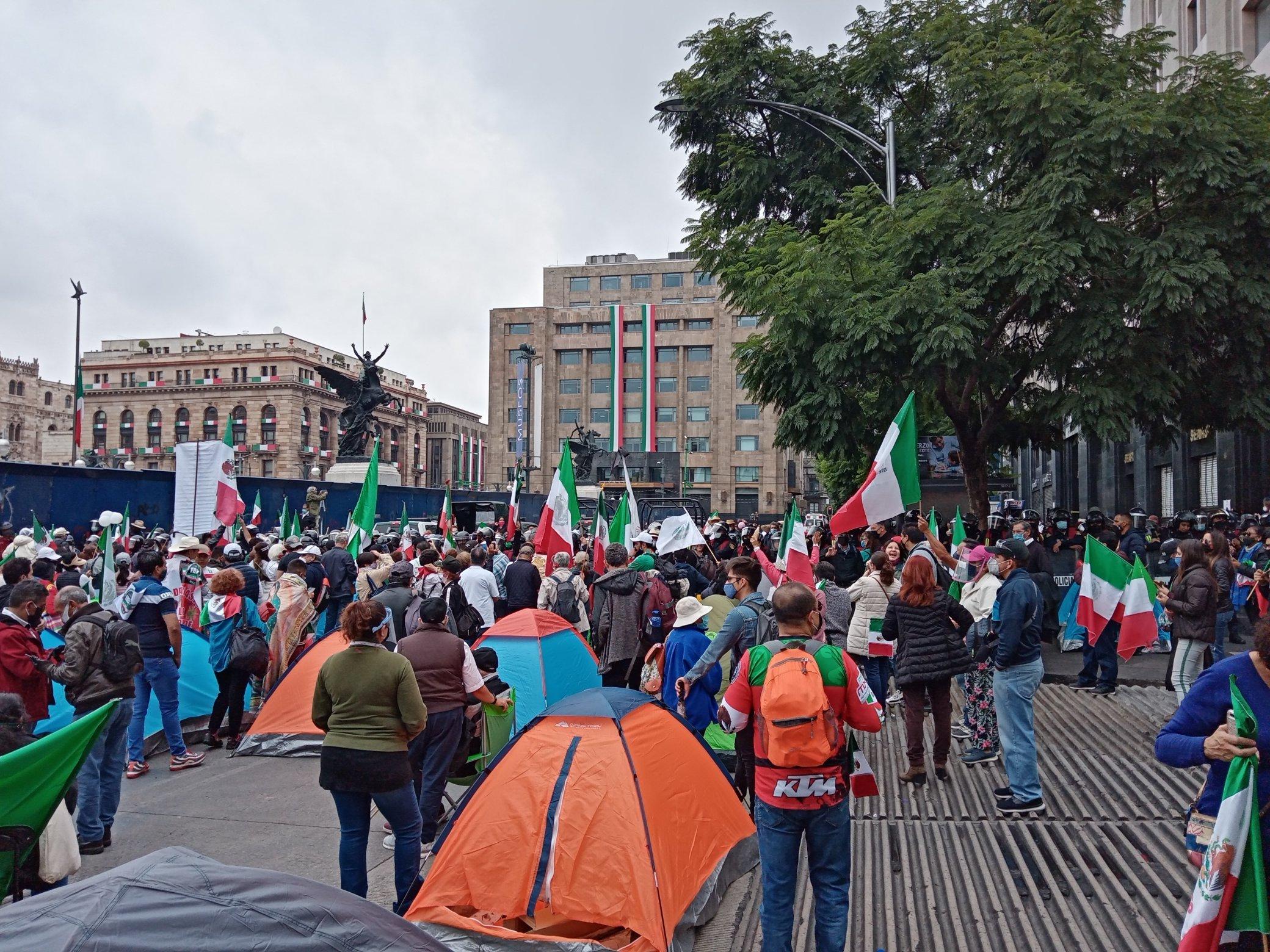 Frente Anti-AMLO comienza plantón en el centro de la Ciudad de México