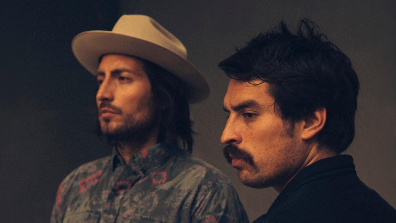 """Hermanos Gutiérrez pintan desiertos mexicanos con la guitarra en """"Hijos del Sol"""""""