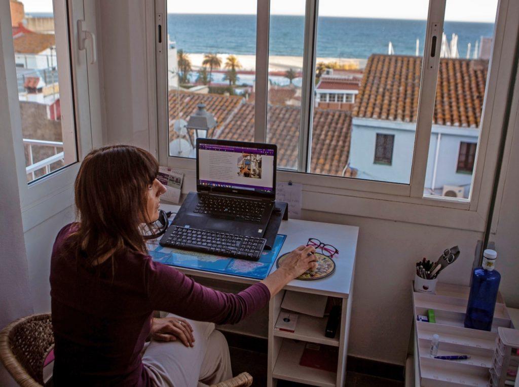 Mujer sentada dolor de espalda home office