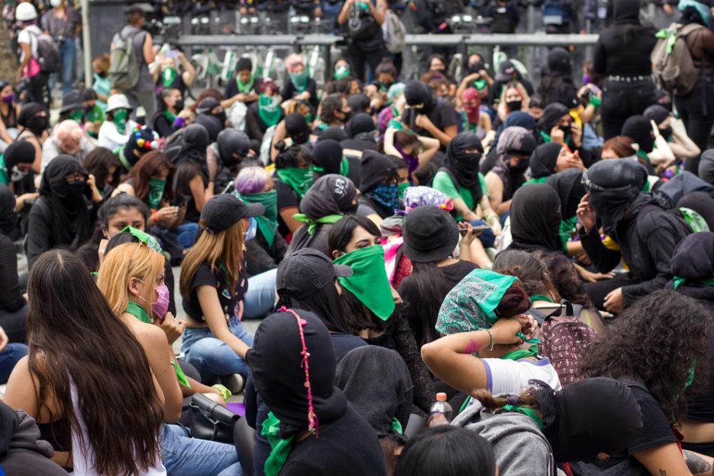 marcha por aborto legal y seguro, ciudad de Mexico, cerco policiaco, manifestación, enfrentamientos.