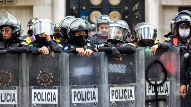 Policía, marcha por aborto legal y seguro, ciudad de Mexico, cerco policiaco, manifestación, enfrentamientos. feministas granaderos