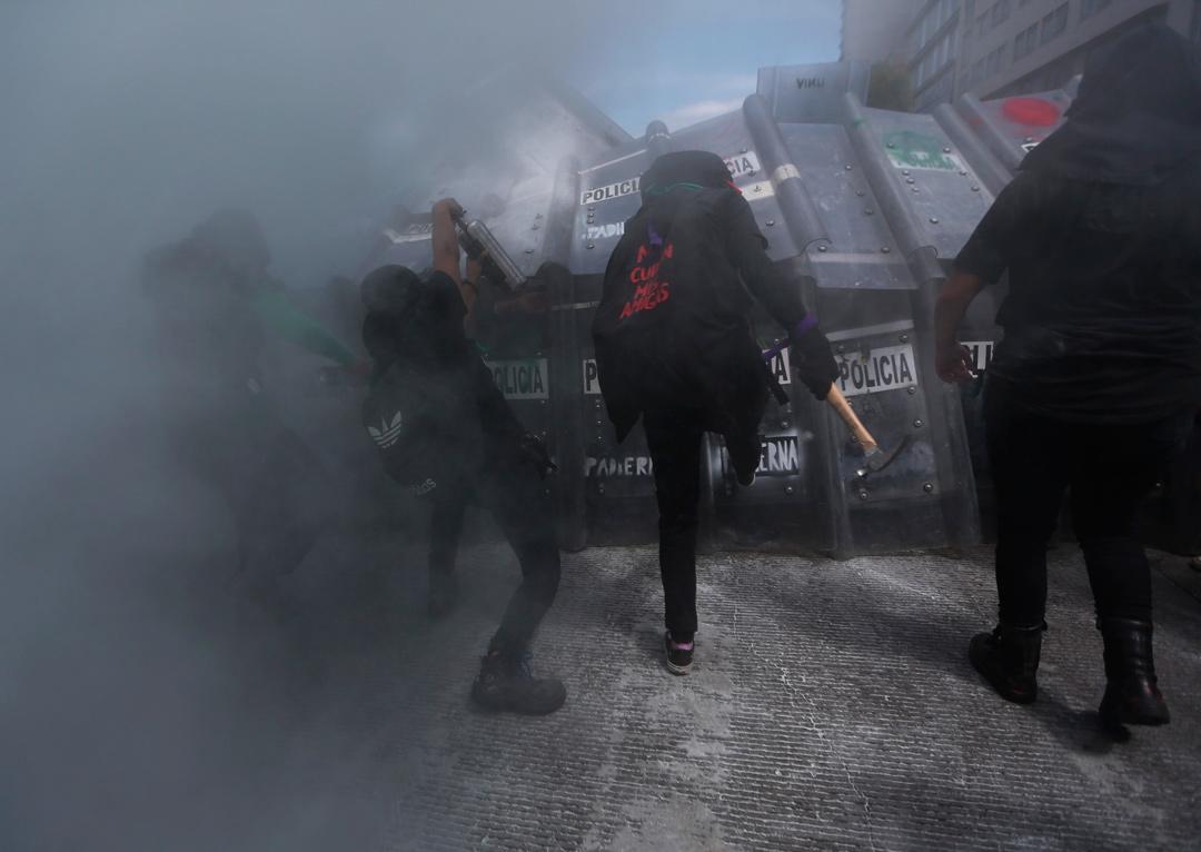 El fuerte operativo policial con el que el gobierno de CDMX rompió una marcha feminista