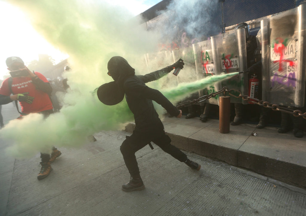 marcha por aborto legal y seguro, ciudad de Mexico, cerco policiaco, manifestación, enfrentamientos. feministas