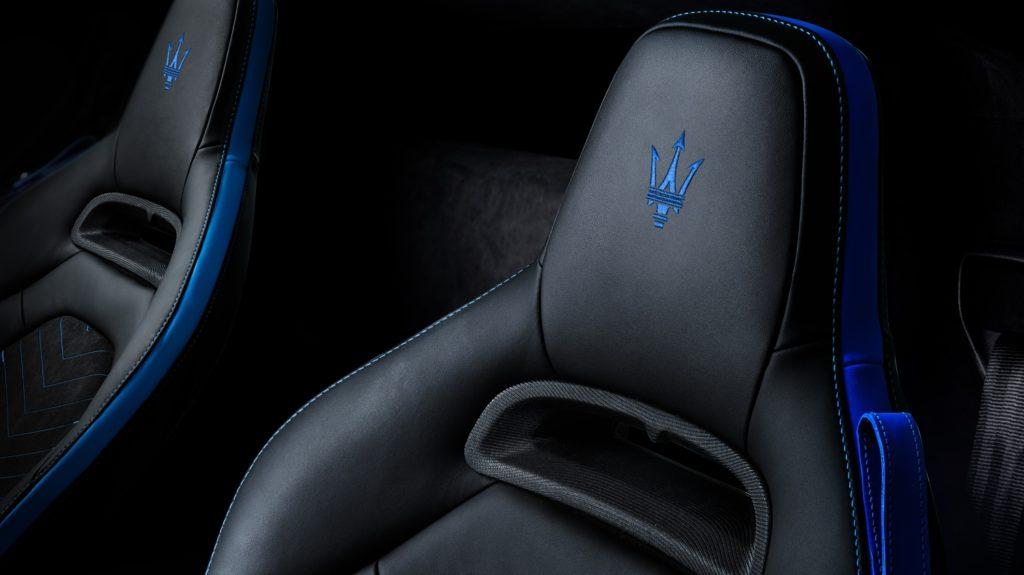 asientos negros de un Maserati.