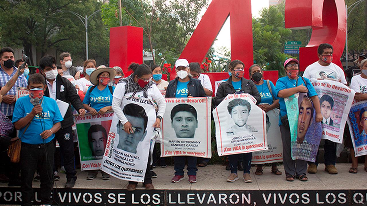 Familiares de los 43 piden a AMLO esclarecer 'verdad histórica'