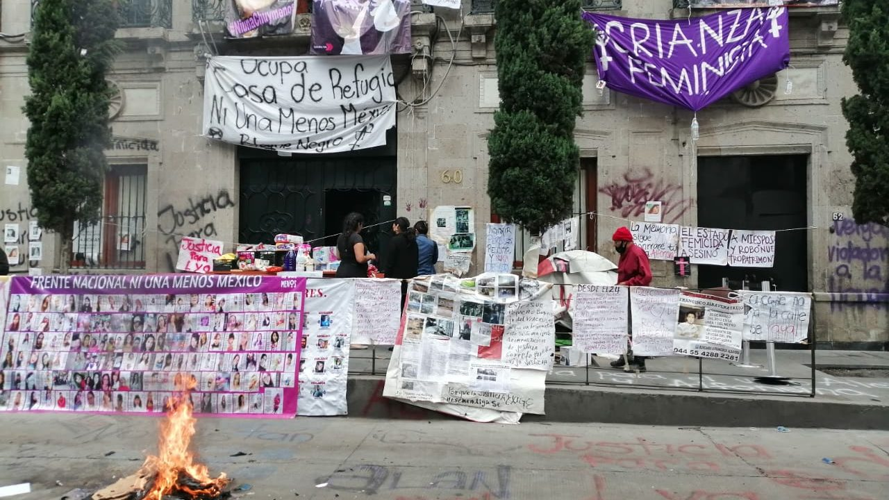 Feministas advierten toma masiva de comisiones de DH; queman sede en Edomex