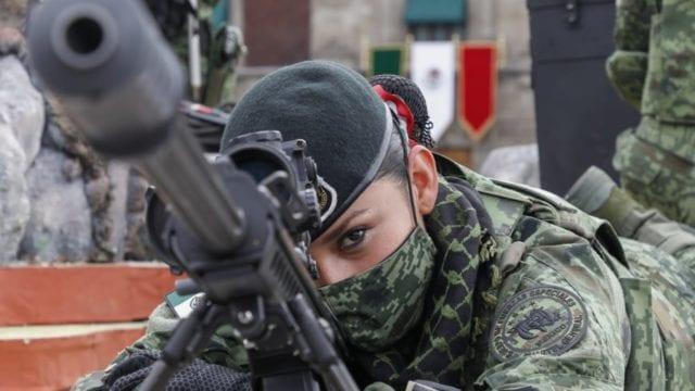 mujeres desfile militar