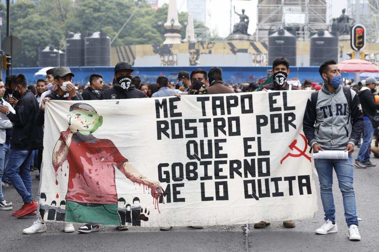 Arranca marcha por normalistas de Ayotzinapa; señalan falta de resultados en el caso