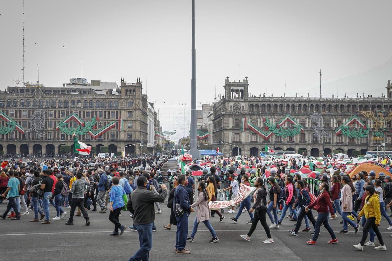 División en el Zócalo capitalino entre Ayotzinapa, Frenaa y simpatizantes de AMLO