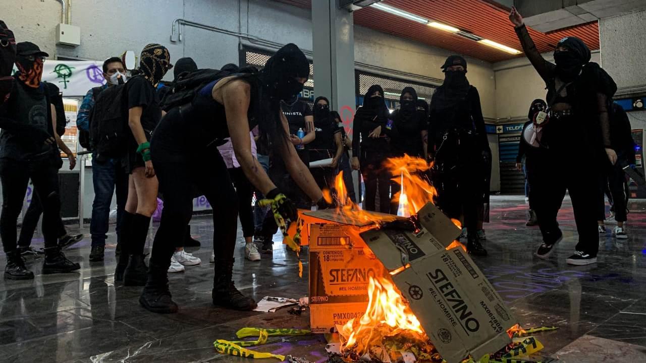 Feministas piden a AMLO tomar clases de género para evitar dichos perjudiciales