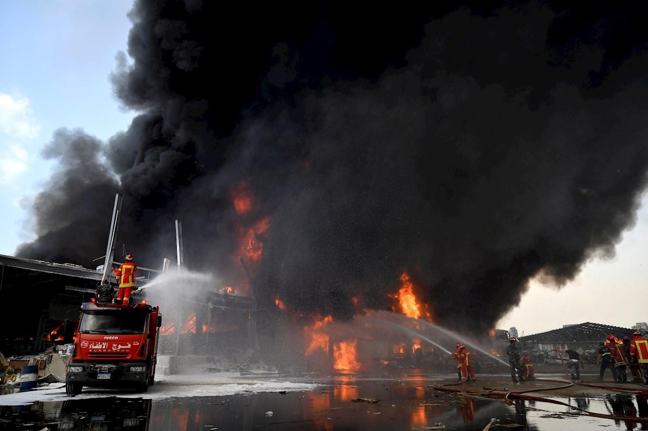 Gran incendio se registra en puerto de Beirut, semanas después de la explosión