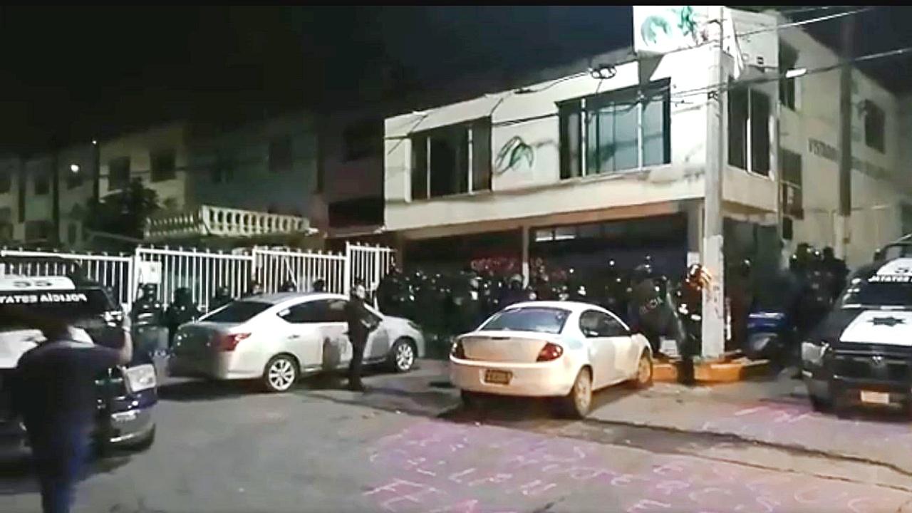 Policías desalojan a mujeres que tomaron oficinas de Derechos Humanos en Ecatepec; acusan represión