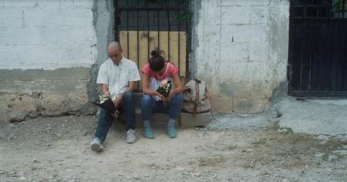 Hombre y mujer sentados sosteniendo flores.