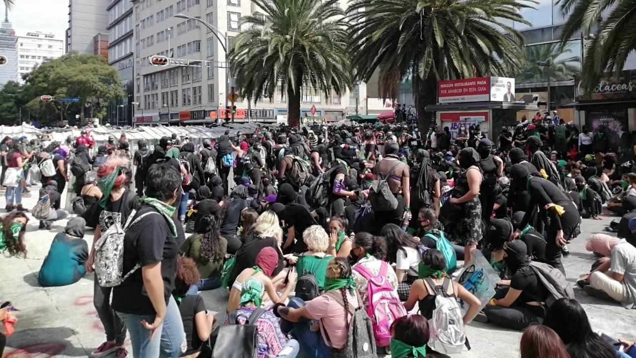 Policías encapsulan a feministas en marcha por despenalización de aborto