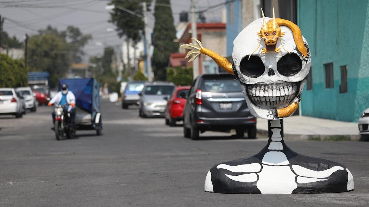 Ante cierre de panteones, esculturas de calaveras 'toman' calle de Tláhuac