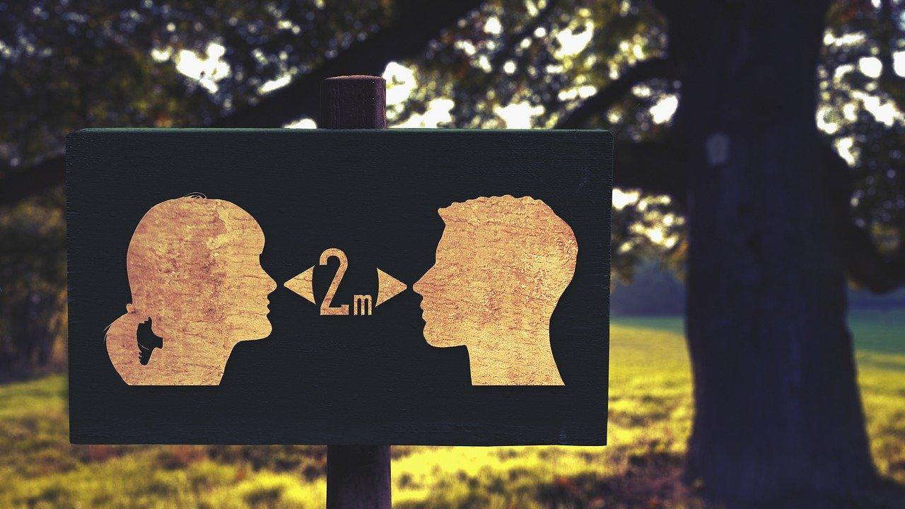 El capricho de la psicología humana que ayuda a propagar el Covid-19