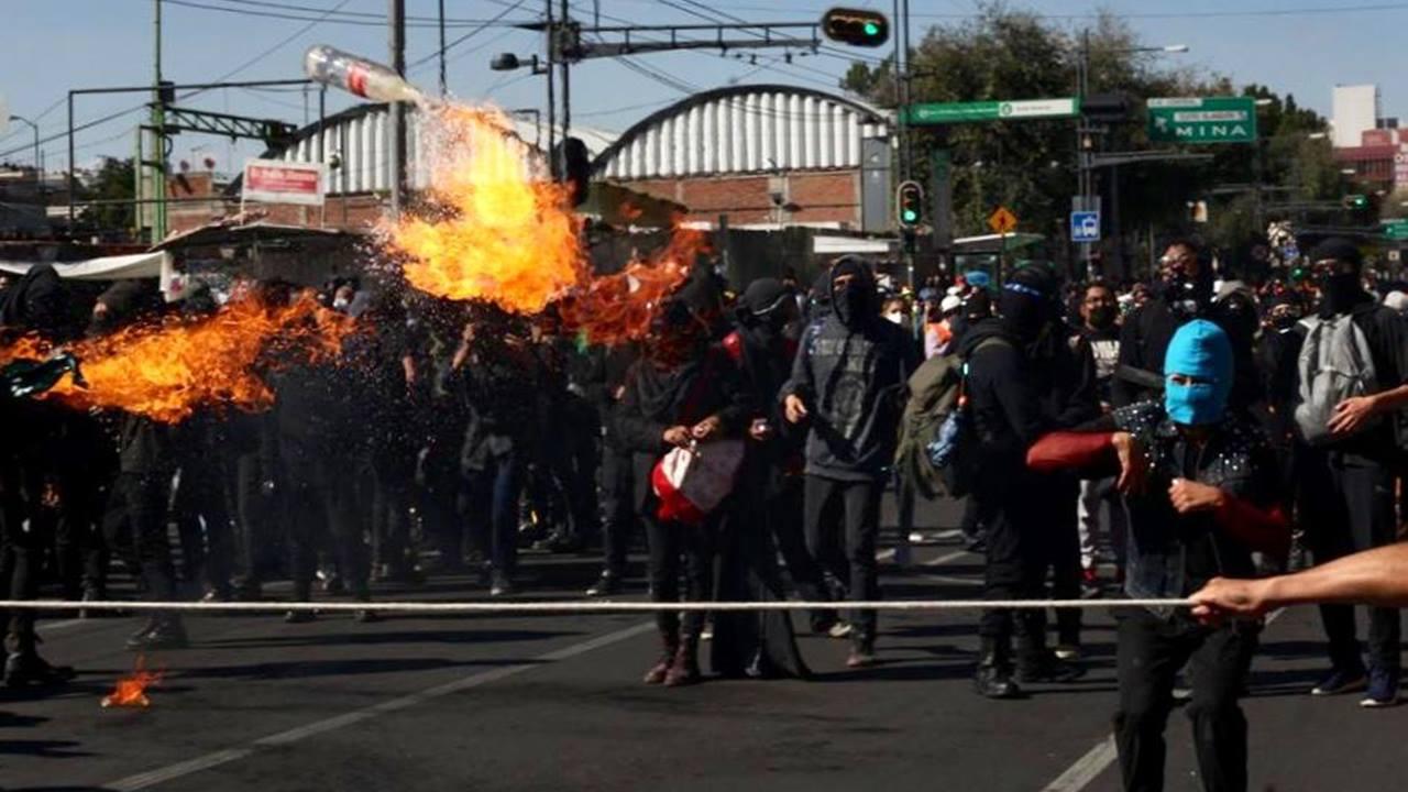 Encapuchados hacen su marcha por el 2 de octubre; se registran enfrentamientos