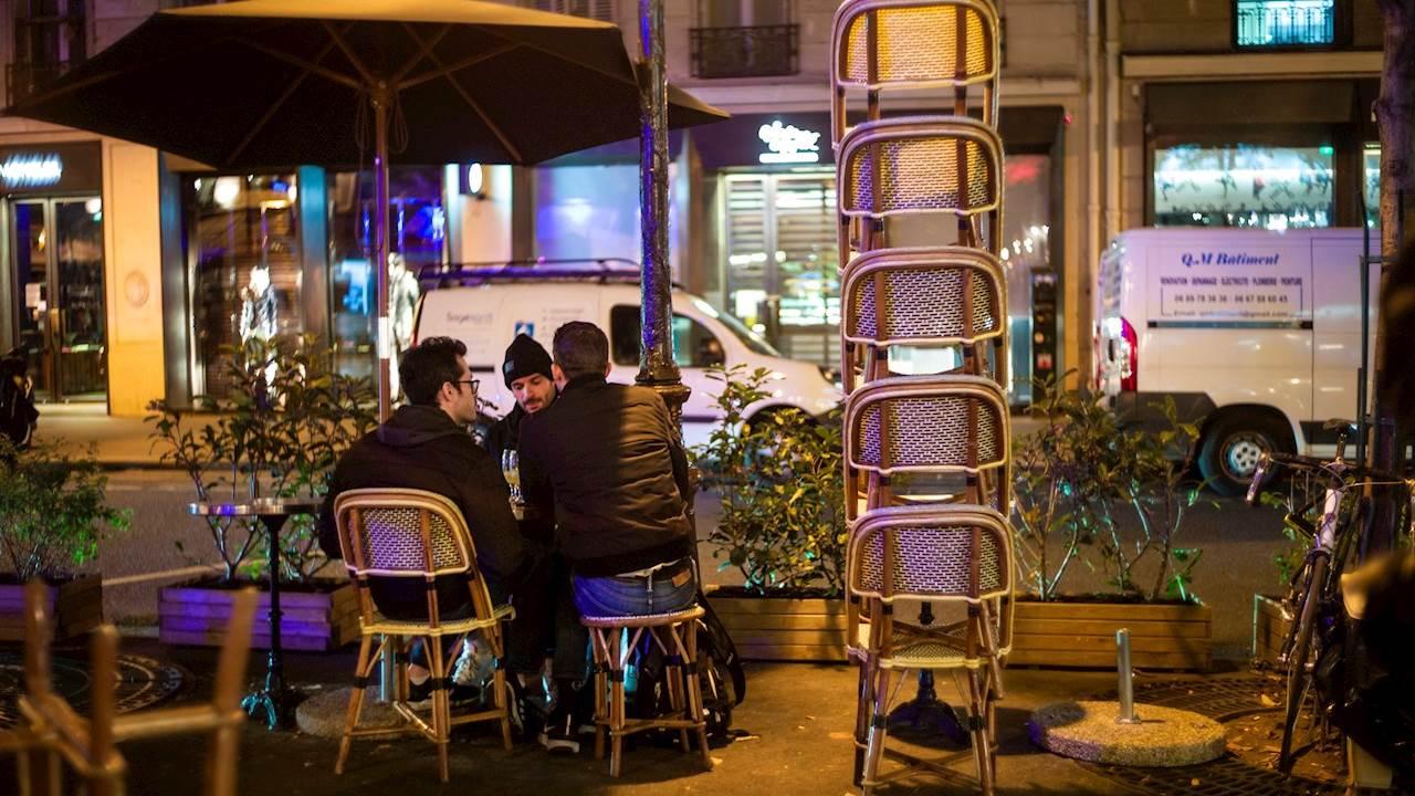Francia rompe récord de contagios diarios; Macron advierte Covid-19 hasta mitad de 2021
