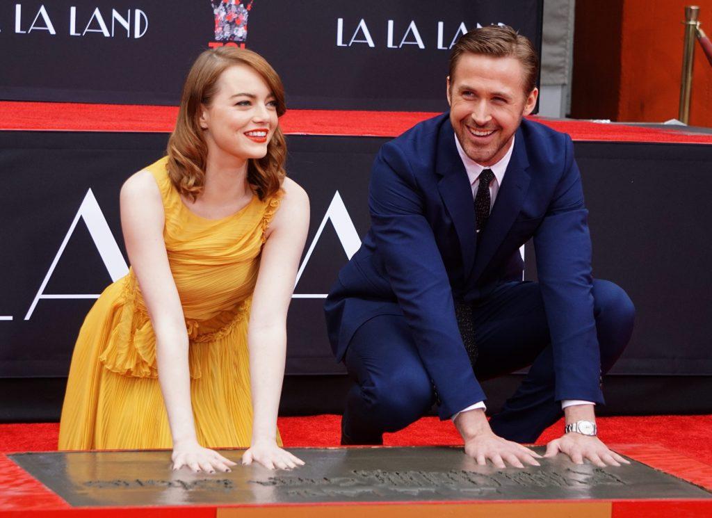 La actriz estadounidense Emma Stone (i) y el actor canadiense Ryan Gosling (d) imprimen sus manos en cemento en 2016, en el Teatro Chino TCL de Hollywood, California (EE.UU.). EFE/Mike Nelson