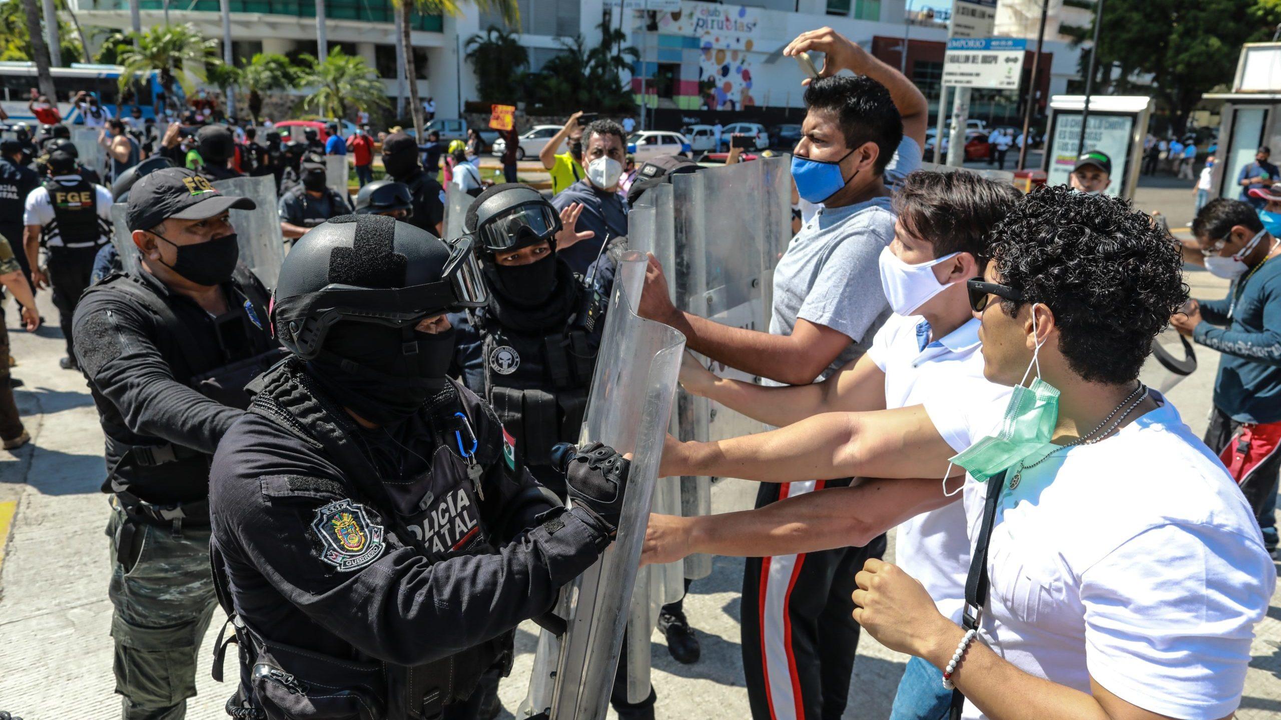 Protestan por cierre de gimnasios en Acapulco y se enfrentan con la policía