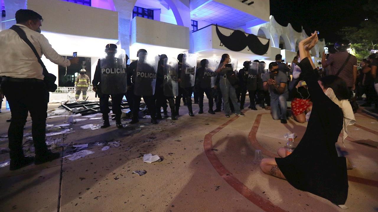 CNDH pide investigación objetiva ante represión policial de feministas en Cancún