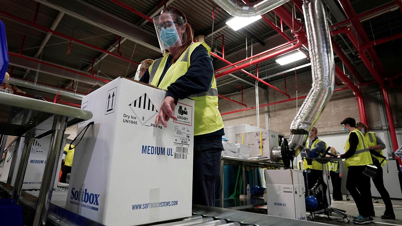 Las cajas que contienen la vacuna Pfizer-BioNTech COVID-19 están preparadas para ser enviadas a la planta de fabricación de Pfizer Global Supply Kalamazoo en Portage, Michigan, EE. UU