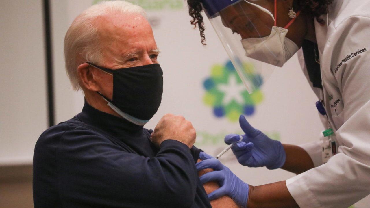 Biden recibe segunda dosis de vacuna; no teme jurar su cargo al aire libre