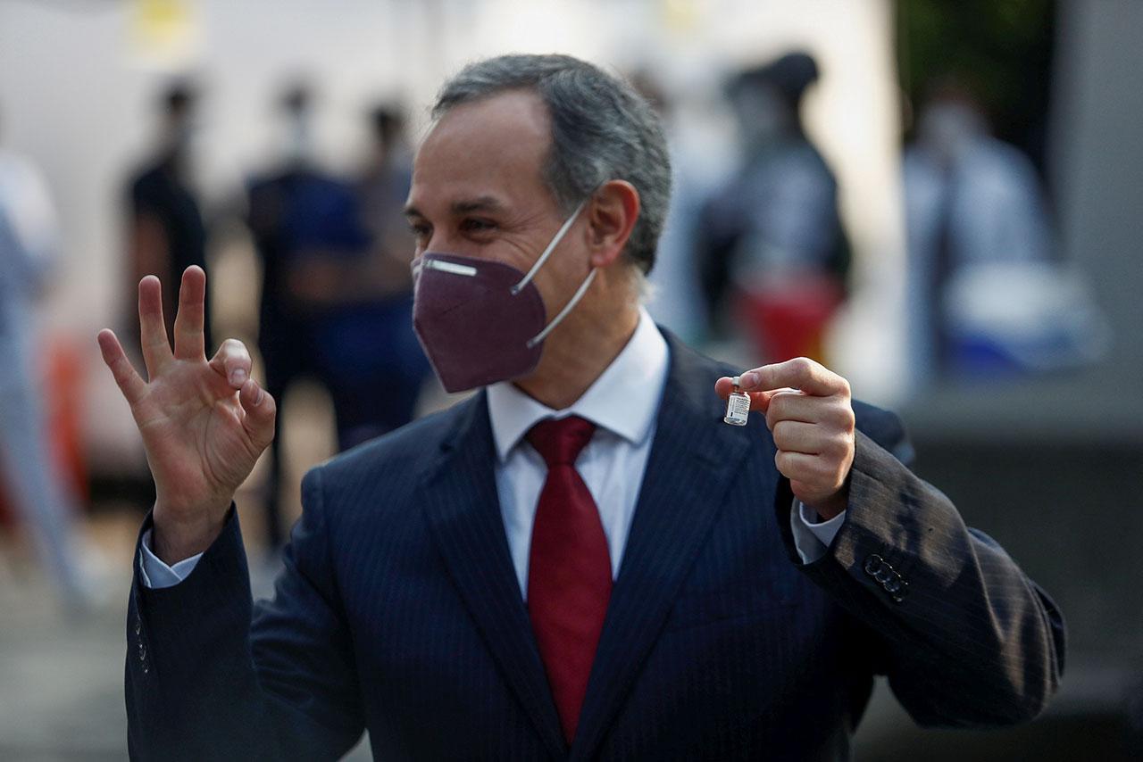 López-Gatell visita Argentina para evaluar compra de vacuna rusa