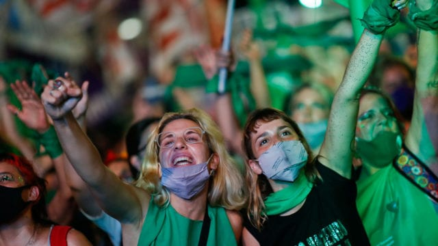 Manifestantes a favor de la legalización del aborto en Buenos Aires