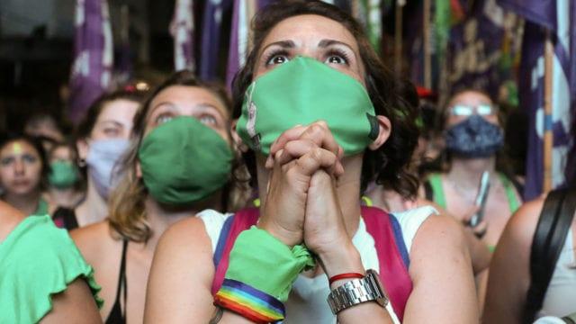 Manifestantes esperan el resultado de la votación del proyecto para legalizar el aborto en las afueras del Congreso, en Buenos Aires