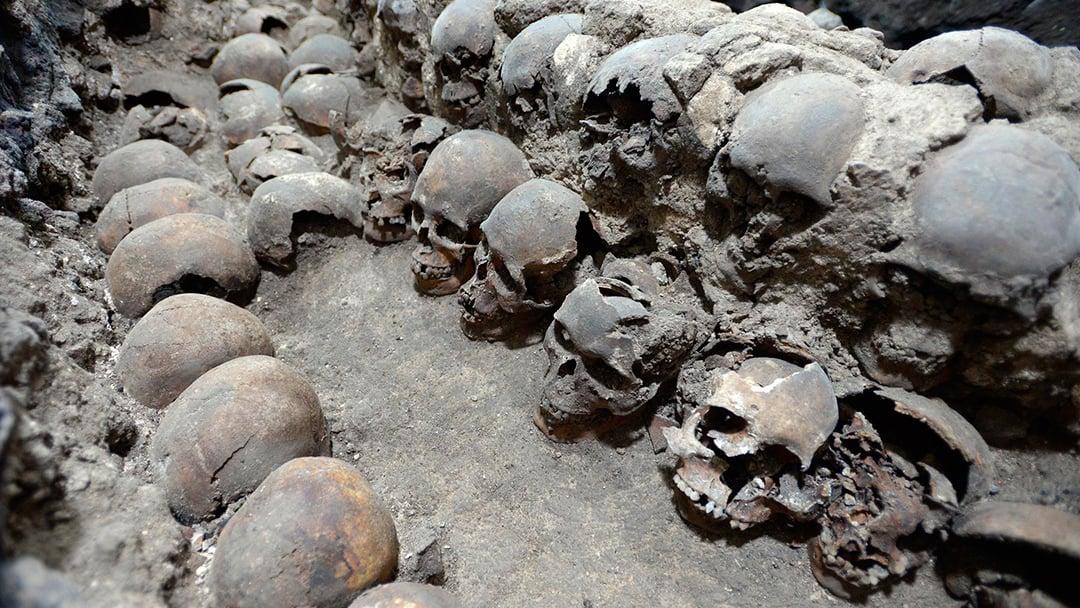 Arqueólogos encuentran fachada de torre de cráneos de Tenochtitlan