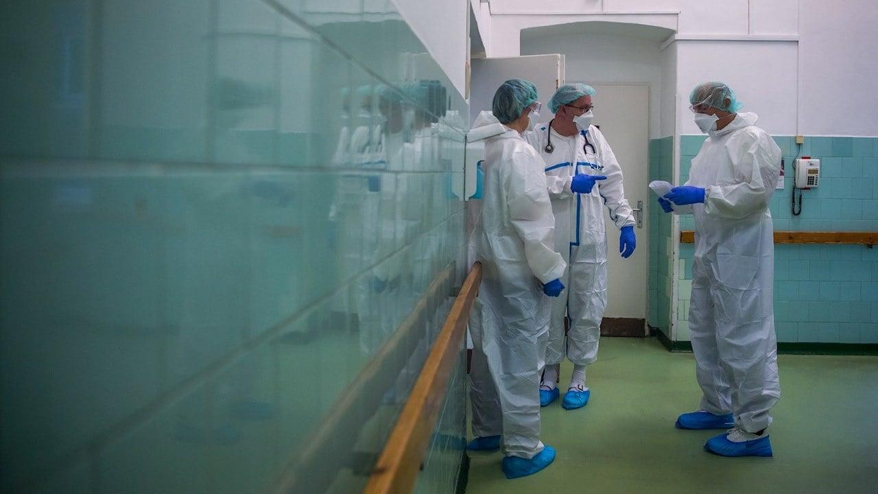 Variante sudafricana de coronavirus se une más fácilmente a células humanas