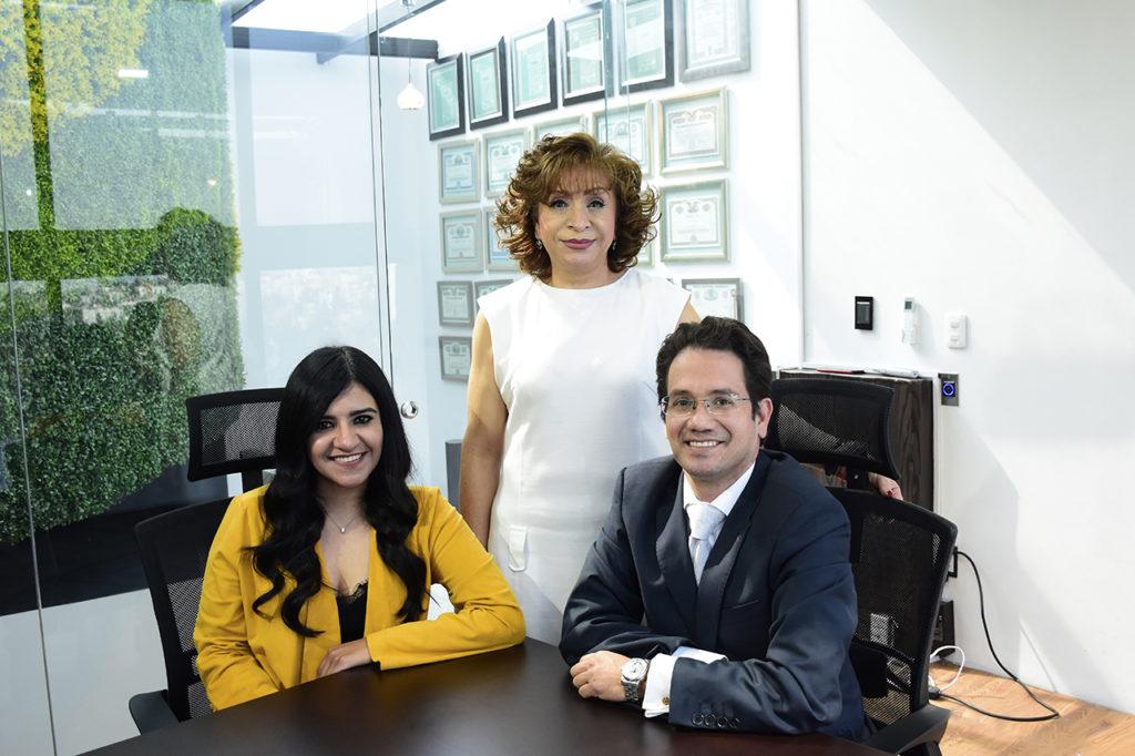 Alejandra Rivera, directora jurídica. Georgina Castillo, directora de operaciones. Orión Castañeda, director general de Sí Subastas Inmobiliarias.