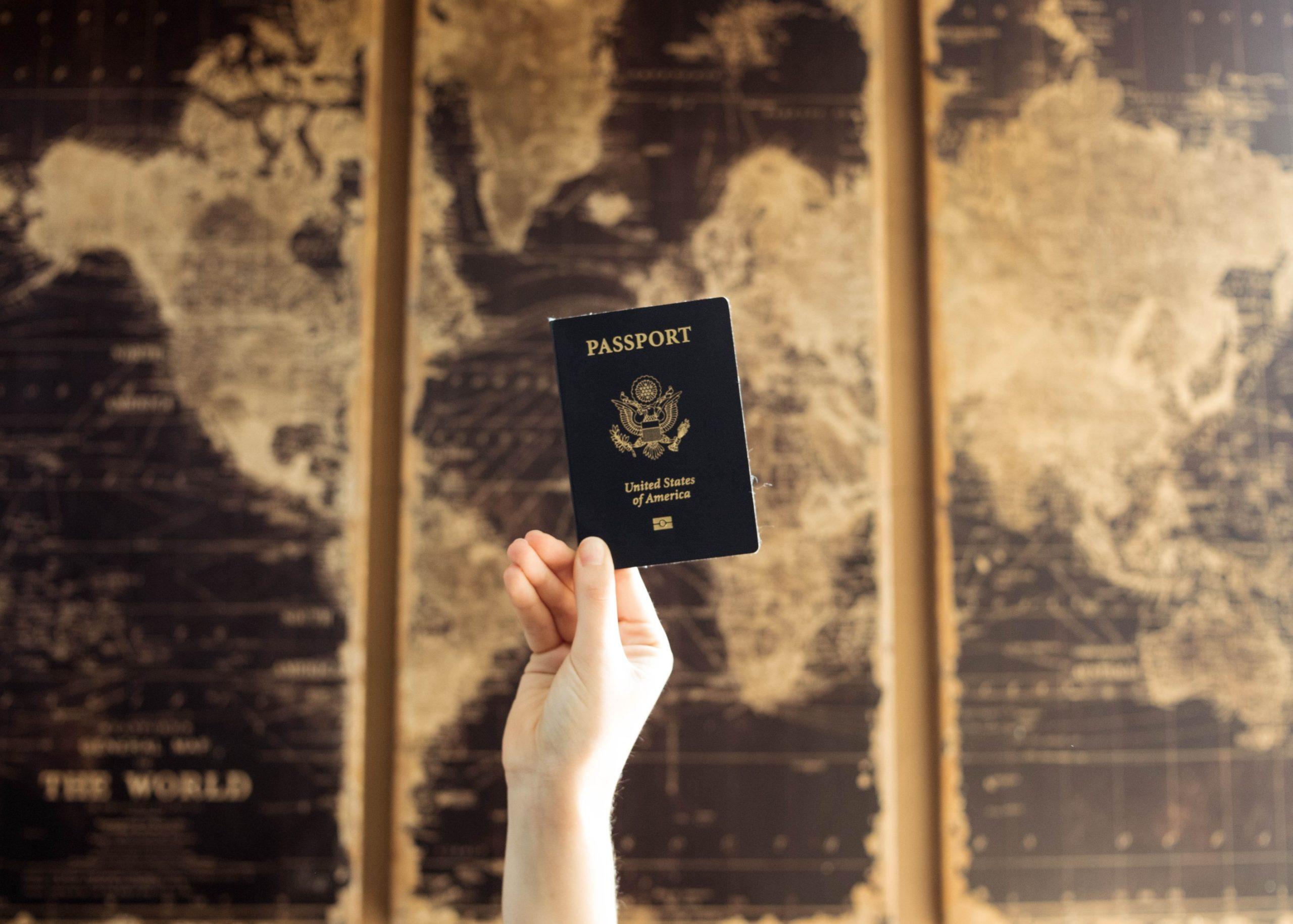 UE considera pasaporte de vacunación para reactivar turismo tras pandemia
