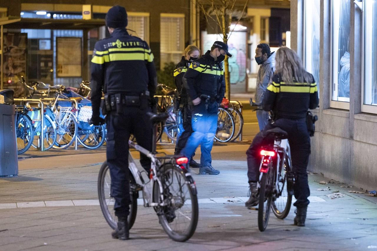 Arrestan a 25 y dan más de 3,600 multas durante el toque de queda en Holanda