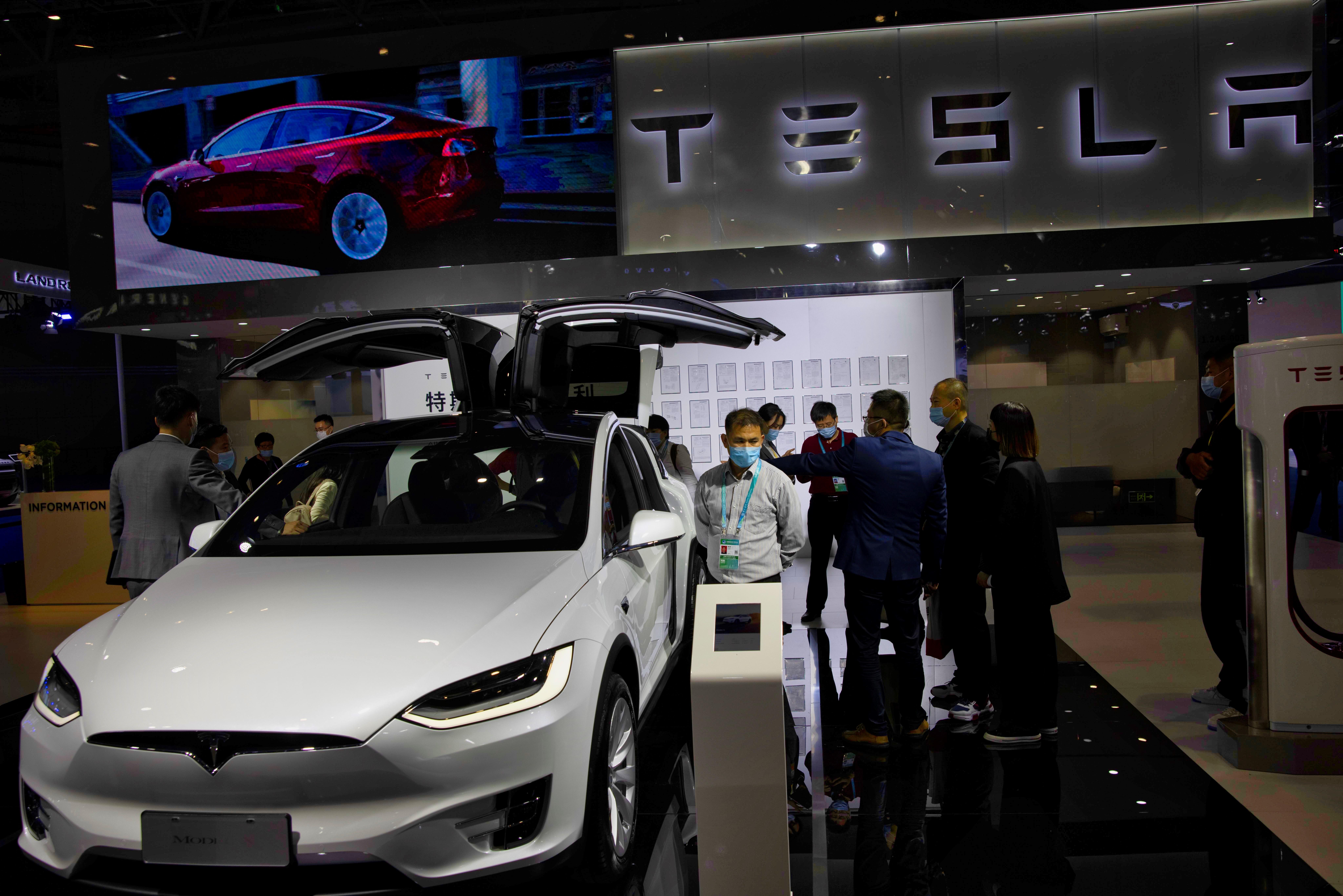 Acciones de Tesla se disponen a empezar 2021 en récord máximo