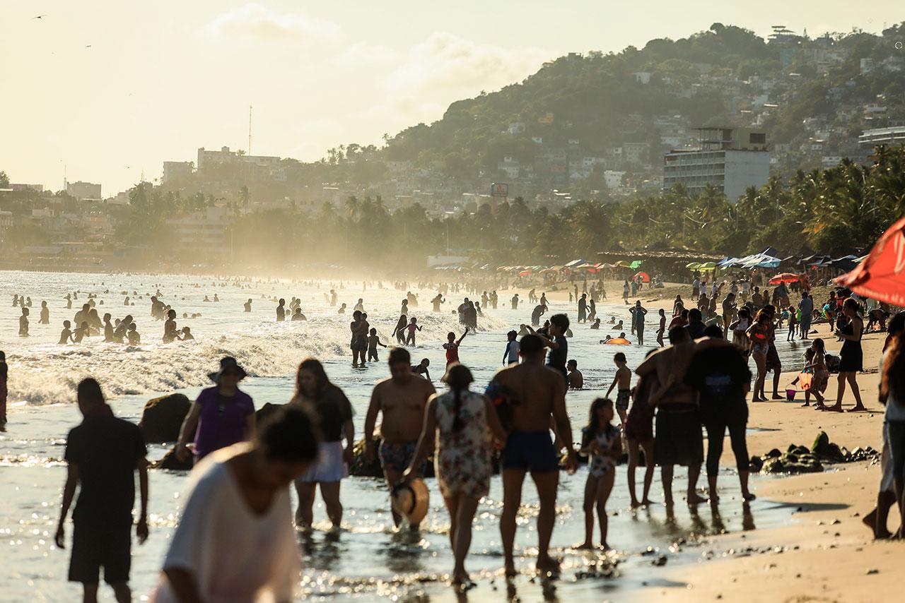 Acapulco reabre sus bares tras cierre de un mes por Covid-19