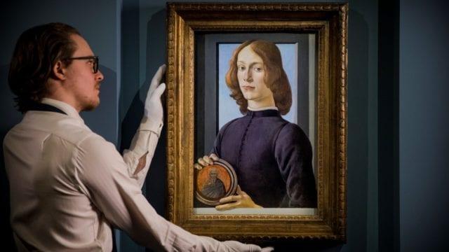 Botticelli Joven Sosteniendo Medallón