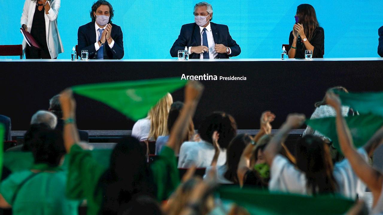 Presidente argentino firma decreto para promulgar la ley del aborto