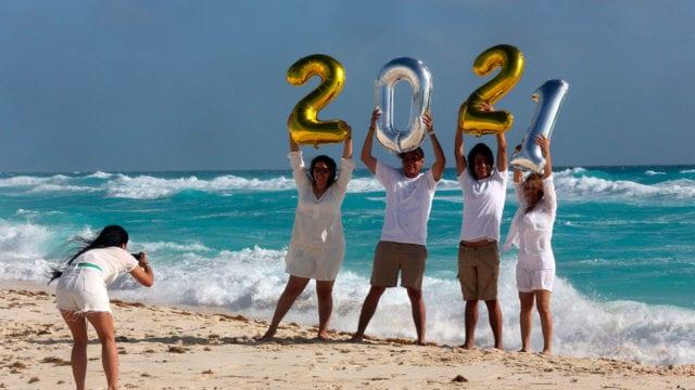 Turistas disfrutan el inicio de año nuevo en el balneario de Cancún