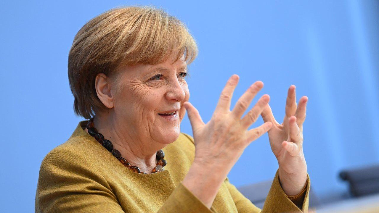 Merkel recibe primera dosis de la vacuna de AstraZeneca