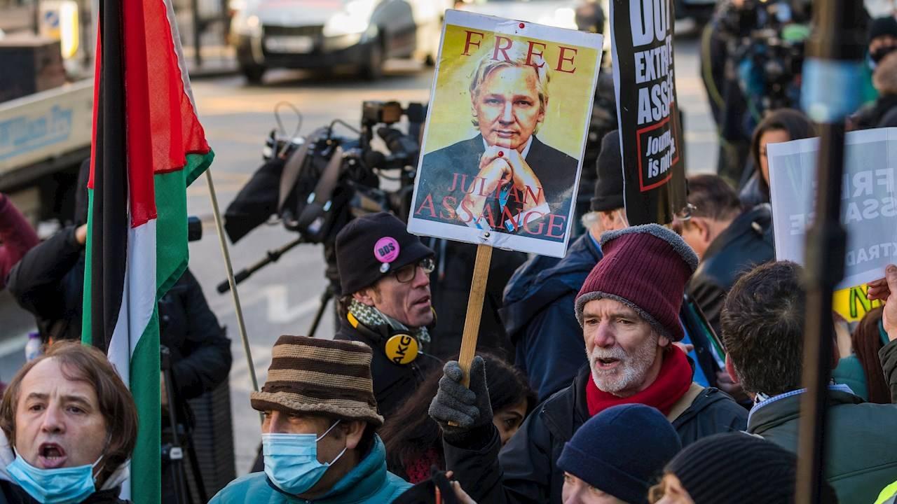 Niegan libertad condicional a Assange por riesgo de fuga