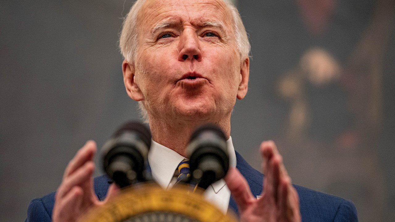 Biden firma decretos para contrarrestar crisis económica por pandemia