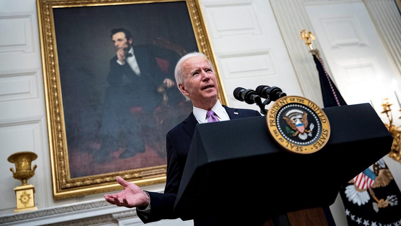 Biden dispuesto a entregar cheques de 1,400 dólares a estadounidenses