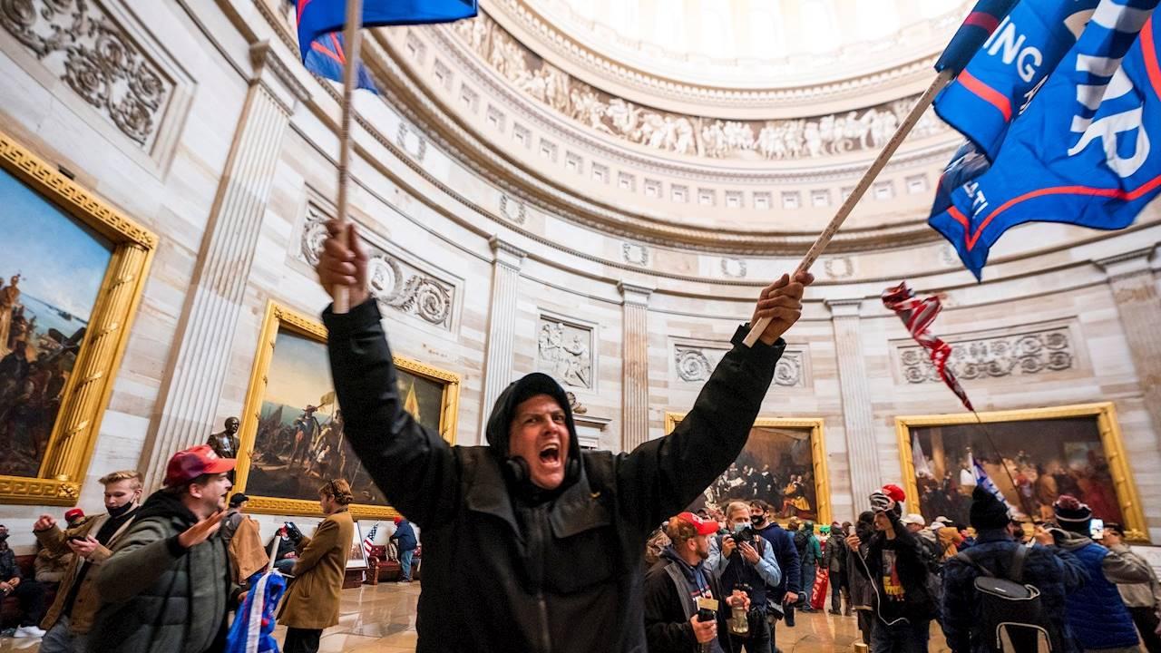 Demandan a Trump y Giuliani por conspirar para incitar disturbios