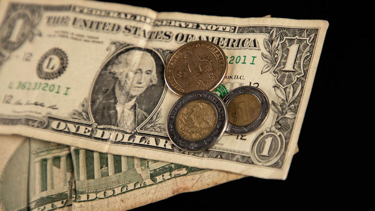 Peso errático ante alza de  bonos de EU; Cemex impulsa la BMV