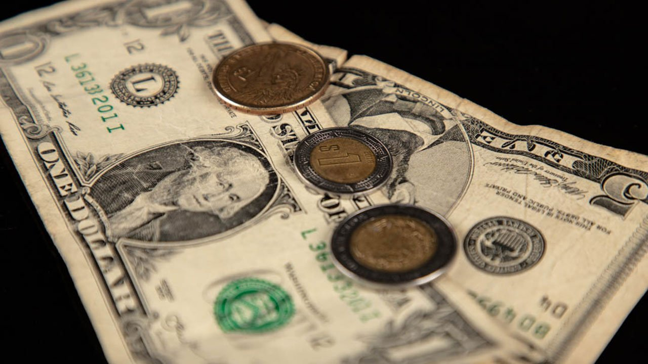 Peso y bolsa caen ante avance de coronavirus y débiles datos económicos