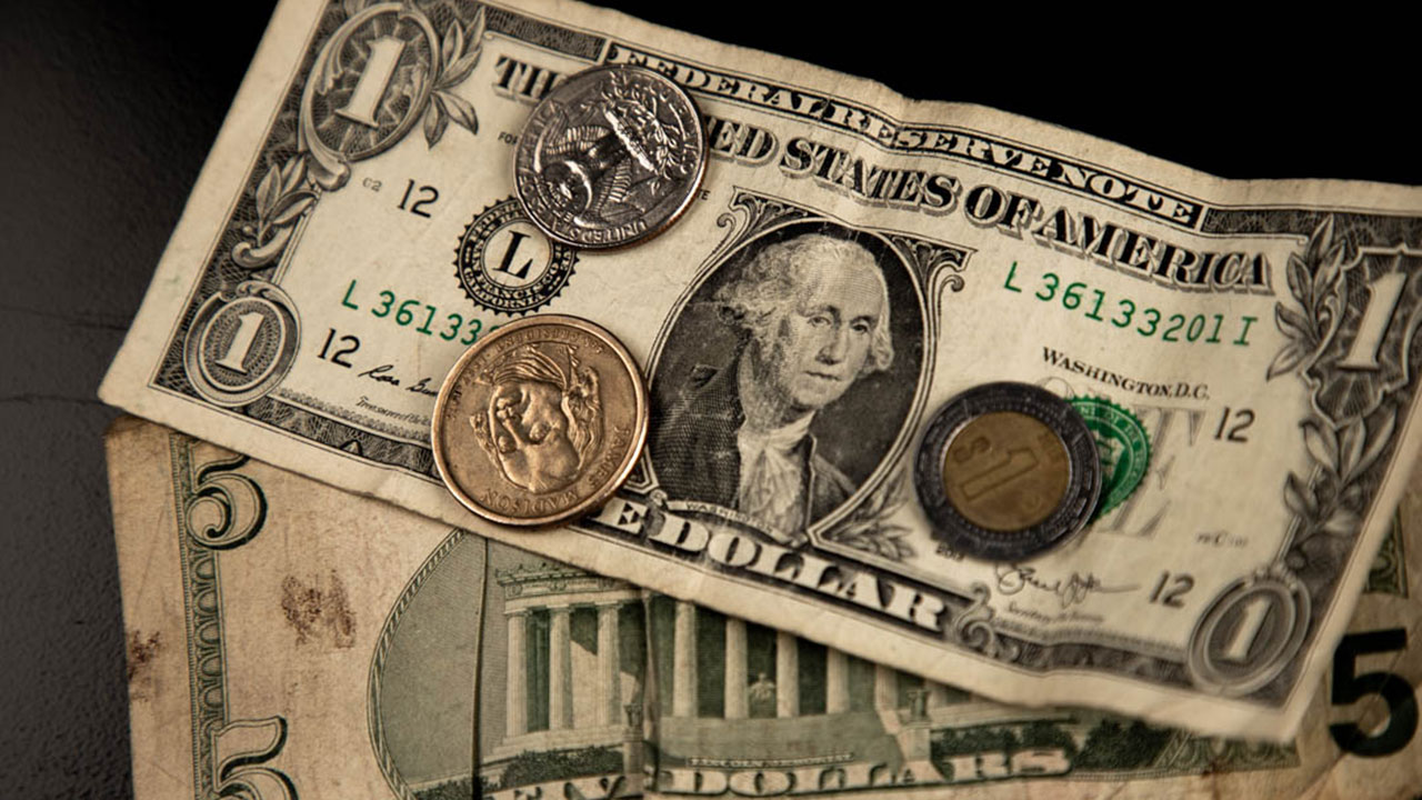 Peso cae con fuerza; lo presionan bonos de EU y reforma eléctrica