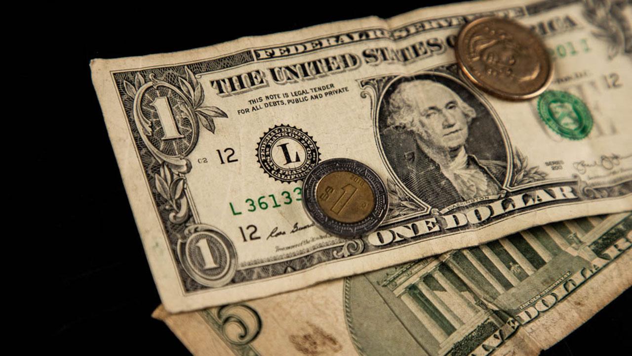 Peso cae antes de anuncio de la Fed y avance del dólar